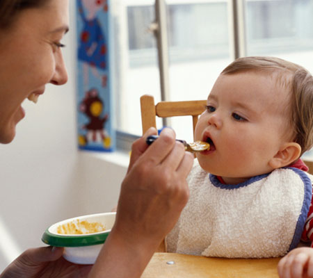 baby-eating-photo-450x400-ts-AA032339